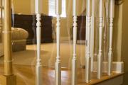 Фото 10 Безопасность в доме: как выбрать и установить защиту на лестницу от детей
