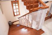 Фото 15 Безопасность в доме: как выбрать и установить защиту на лестницу от детей