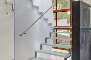 Фото 20 Безопасность в доме: как выбрать и установить защиту на лестницу от детей