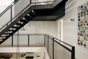 Фото 31 Безопасность в доме: как выбрать и установить защиту на лестницу от детей