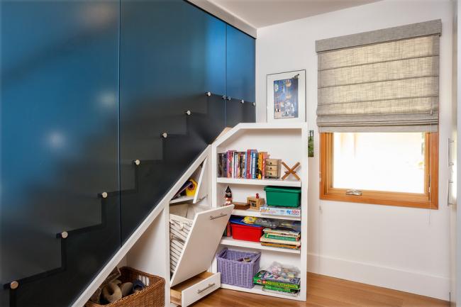 Матовое стекло не только огородит комнату, но и сделает проход по лестнице более безопасным