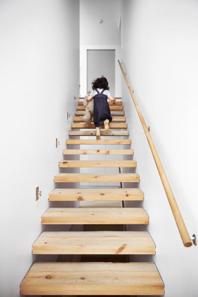 Узкой лестнице обязательно наличие поручня