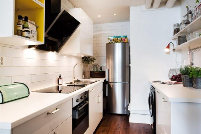 Холодильник удобно занимает место в нише