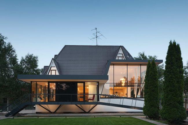 Большие панорамные окна являются украшением дома