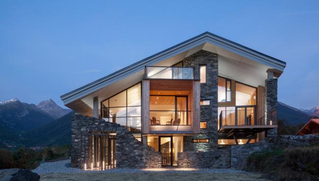 Роскошный кирпичный дом, обшитый декоративным камнем