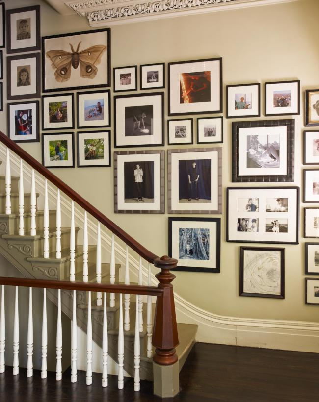 Оформление лестницы цветными и черно-белыми фотографиями