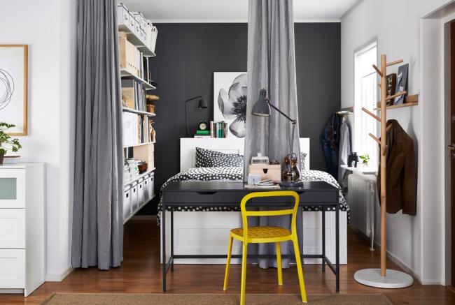 Стильный современный интерьер с ярким стулом