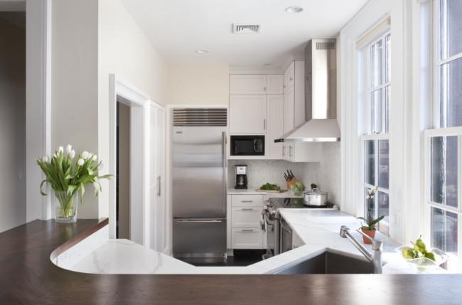 Сдержанный и лаконичный дизайн белой кухни с хромированными акцентами