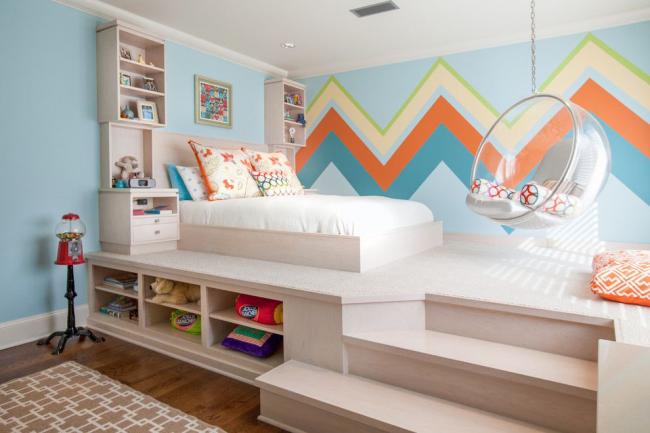 Кровать на подиуме поможет сэкономить места для вещей
