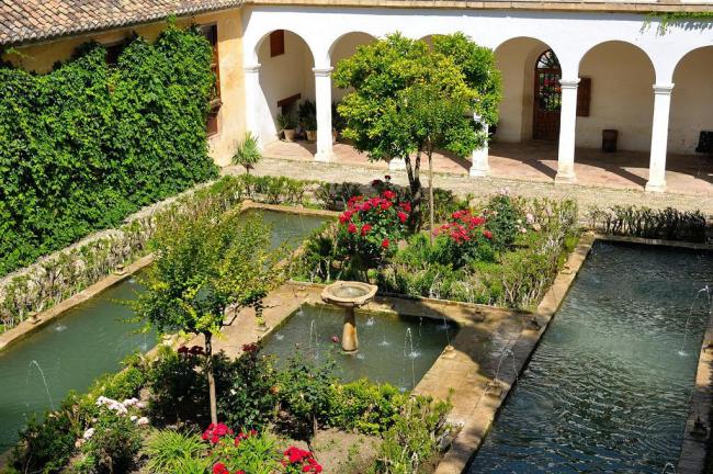 Изобилие всевозможных архитектурных и растительных элементов декора