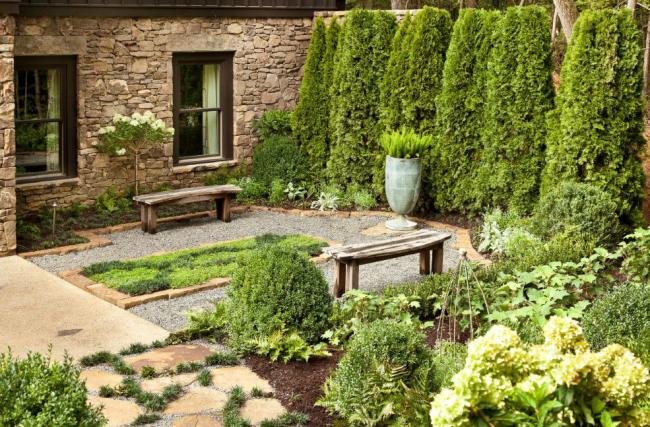 Классический пейзаж в небольшом дворике