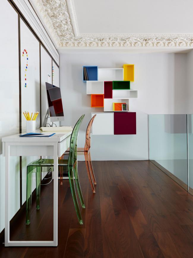 Цветные стулья из прозрачного пластика в стиле модерн