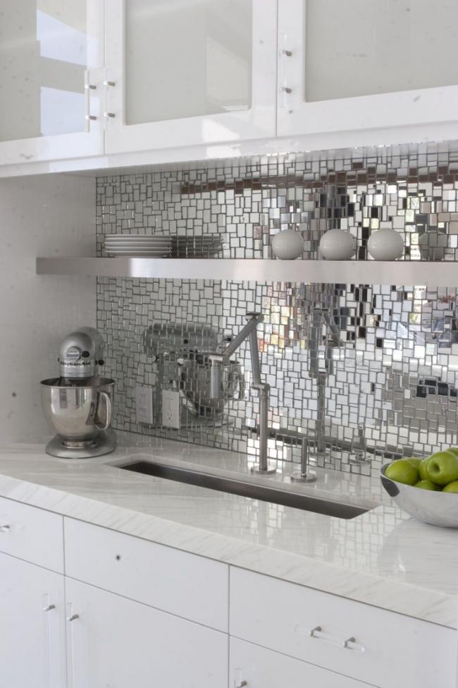 Интересное решение для кухонного фартука в виде зеркальной мозаики