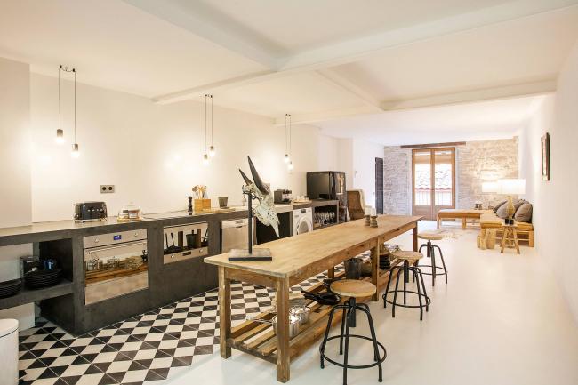 Просторная кухня в стиле лофт