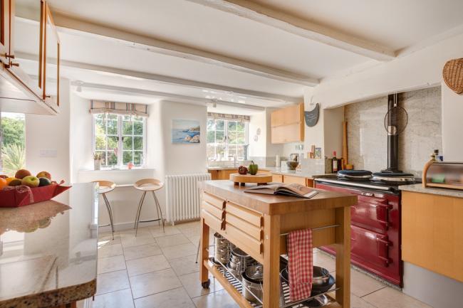 Кафель лучше всего подходит для напольного покрытия кухни