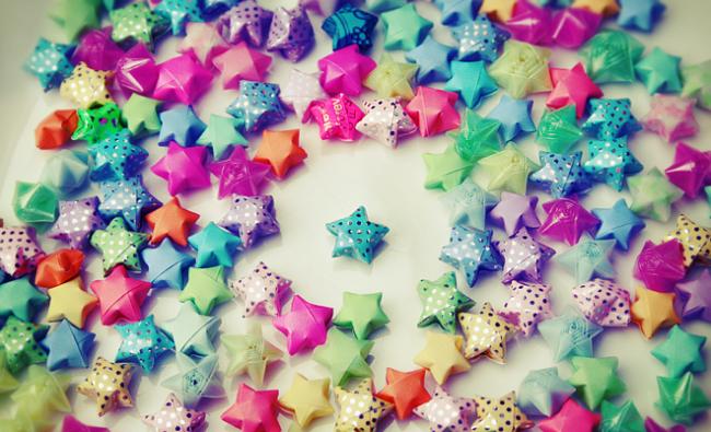 """""""Звездочки счастья"""" можно собрать в гирлянду, а можно насыпью украсить цветочные горшки или другие декоративные предметы"""