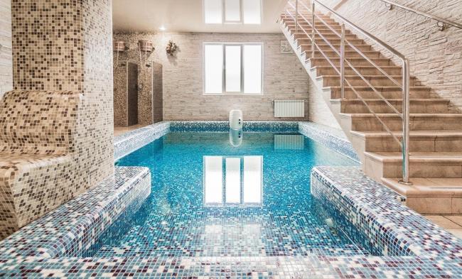 Цветная мозаика в дизайне турецкой парной с бассейном