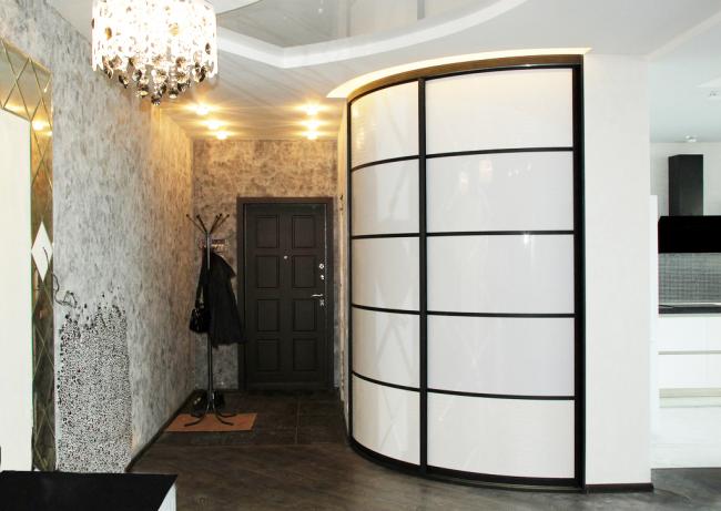 Радиусные двери со стеклянными вставками