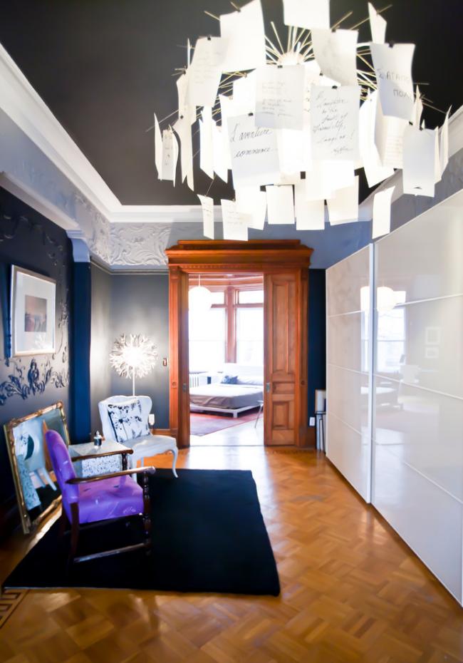 Белоснежный шкаф с глянцевым фасадом смотрится очень элегантно