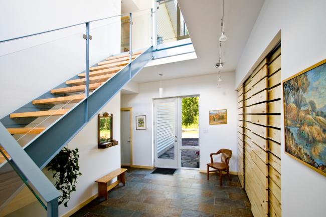 Стильный интерьер входной зоны в частном доме