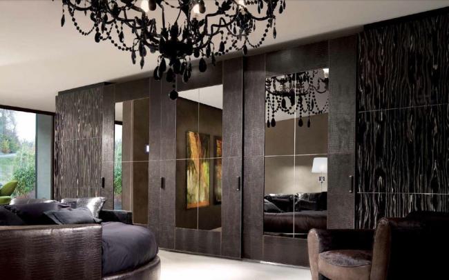 Фасад гарнитура: бронзовое зеркалом с фрезой; рама из кожи крокодила