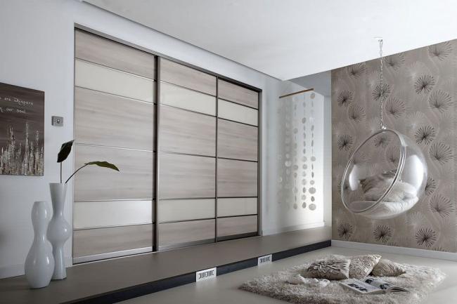 С помощью встроенной мебели можно визуального менять параметры помещения – «вытягивать» его в высоту, ширину или длину