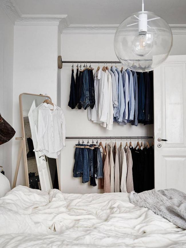 Открытый уголок в спальне заменит громадный шкаф