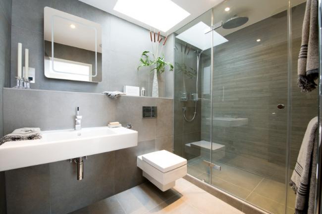 Просторная ванная с современной сантехникой