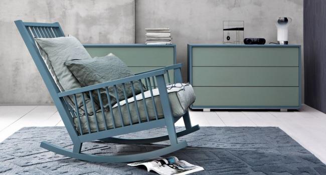 Благодаря особой конструкции в кресле такой формы можно удобно расположиться и даже слегка покачиваться