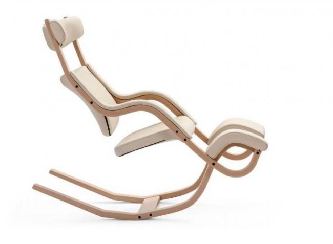 Легкость и воздушность конструкции перекликается с хорошими практическими характеристиками. Кресло может выдержать большой вес