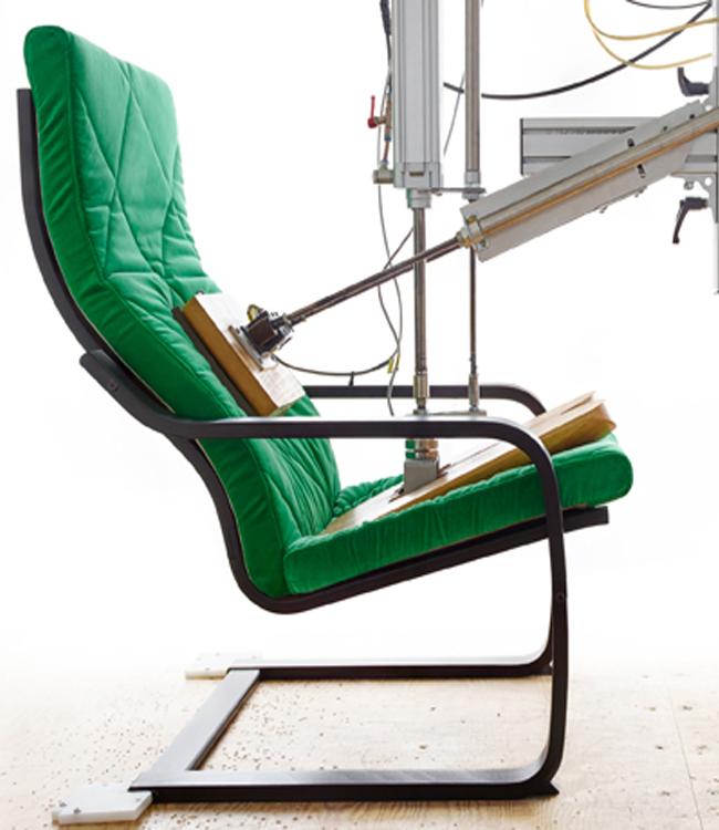 Испытательный пресс в магазине ИКЕА подтверждает прочность формы кресла