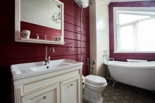 Красивое молочно-бордовое сочетание в ванной комнате