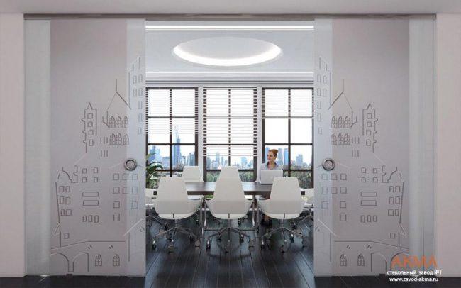 Воздушные и легкие внешне, но очень прочные и долговечные: зонируем пространство однокомнатной квартиры с помощью стеклянных перегородок
