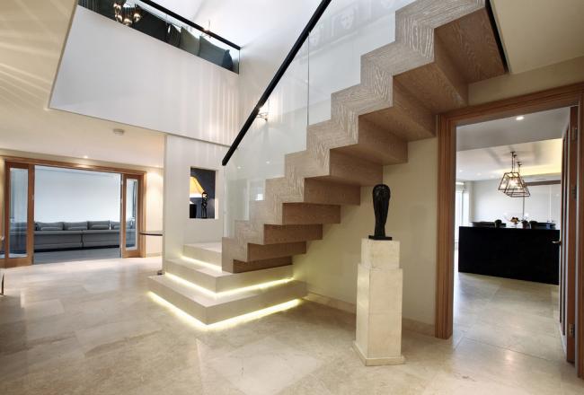 Роскошный интерьер холла частного дома