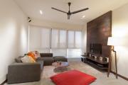 Фото 10 Подвесная полка под телевизор: обзор функциональных и комфортных вариантов для дома