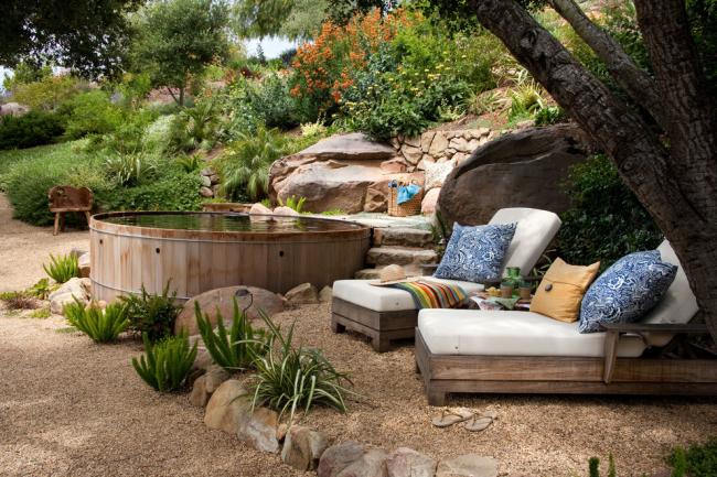 Деревянные изделия не только не выделяют вредных веществ, но и помогут украсить ваш ландшафт