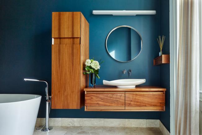 Темно-синий цвет в оформлении ванной комнаты