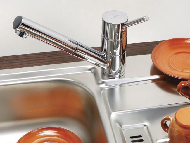 Низкий излив ограничивает комфорт мойки, однако наличие выдвижного душа облегчит работу на кухне