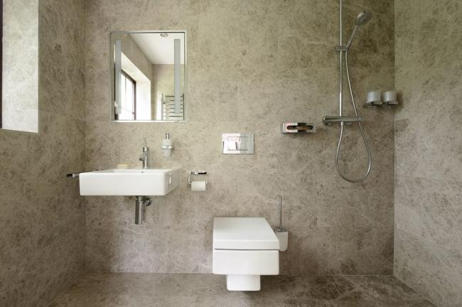 Отделка под мрамор стен и пола ванной комнаты, совмещенной с туалетом
