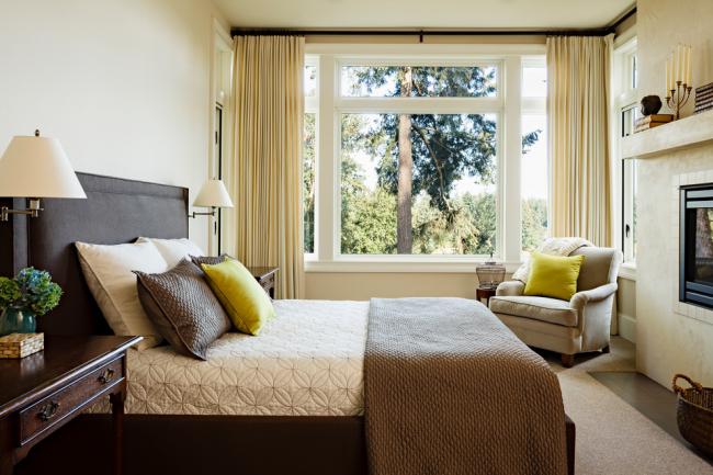 Верблюжье одеяло в элегантной спальне классического стиля