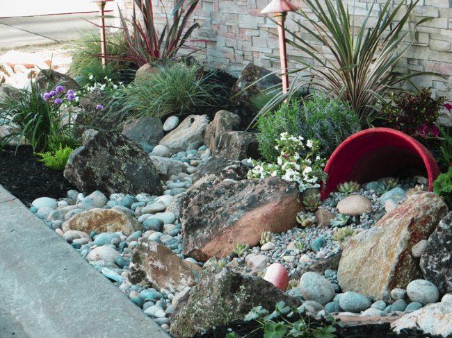 Мини-альпинарий в клумбе очень актуальный для маленьких двориков, где нет места для стандартных каменных композиций