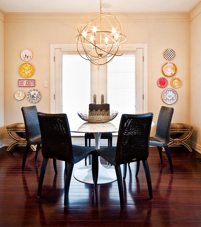 Симметричное расположение тарелок на стене отлично дополнит интерьер как классической, так и современной гостиной