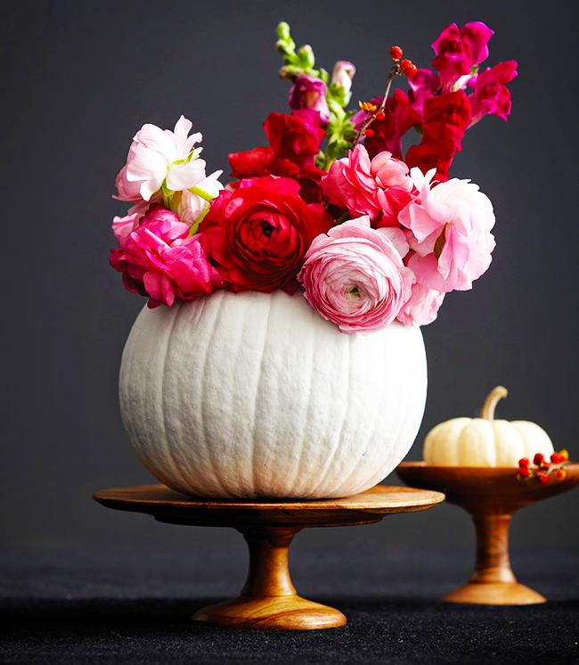 Тыквенная ваза для цветов станет необычным украшением очага