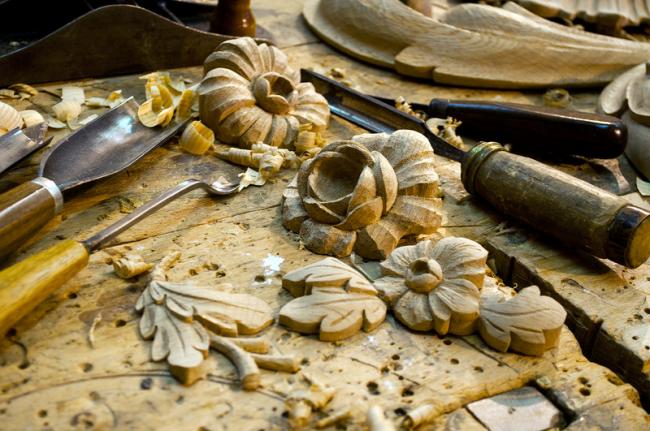 Конструкцию можно дополнительно украсить декоративной резьбой