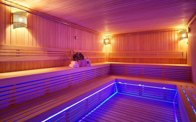 Голубая подсветка поможет расслабиться и насладиться пребыванием в сауне