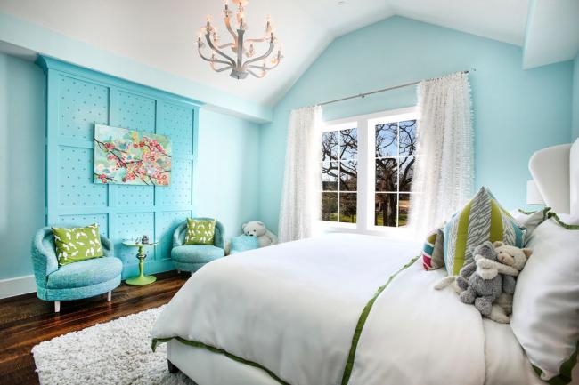 Мягкий голубой оттенок подчеркнет стирильность белой спальни