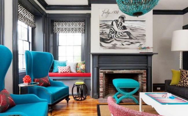 Акцентный мебельный гарнитур выигрышно смотрится на фоне черно-белых стен