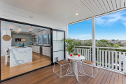 Фото 15 Дизайн кухни с выходом на балкон: лучшие идеи планировки, утепление и выбор функциональной мебели