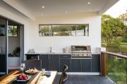 Фото 17 Дизайн кухни с выходом на балкон: лучшие идеи планировки, утепление и выбор функциональной мебели