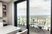 Фото 1 Дизайн кухни с выходом на балкон: лучшие идеи планировки, утепление и выбор функциональной мебели